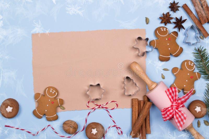 空的纸片写的食谱和成份烘烤的,厨房用具,香料,姜饼人曲奇饼 顶视图 图库摄影