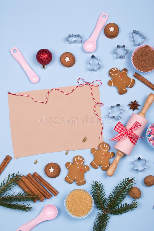 空的纸片写的食谱和成份烘烤的,厨房用具,香料,姜饼人曲奇饼 免版税库存照片