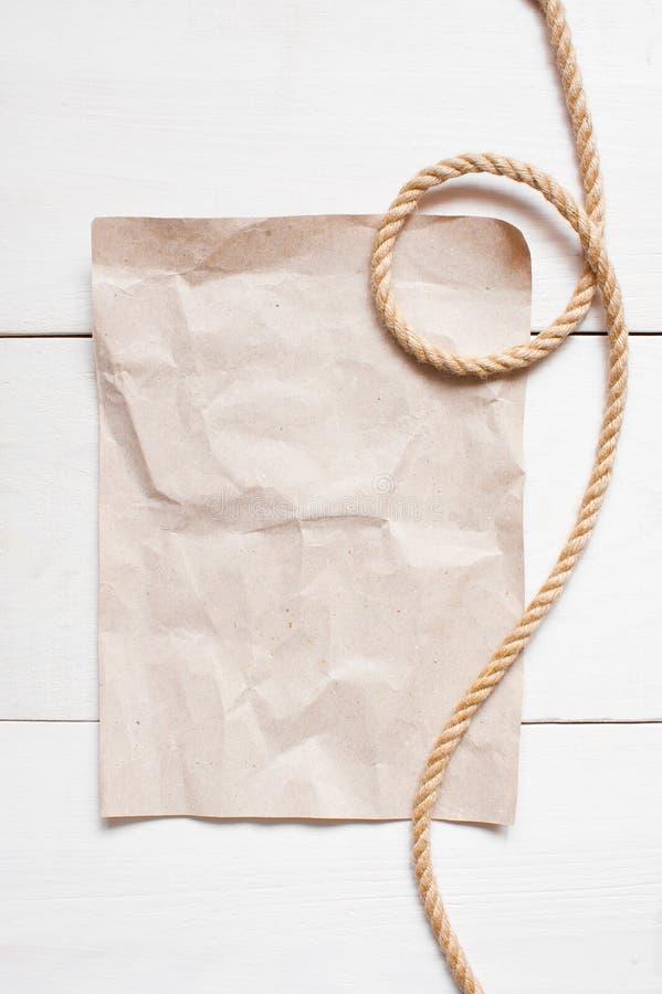 空的纸片和绳索在白色桌上 库存图片