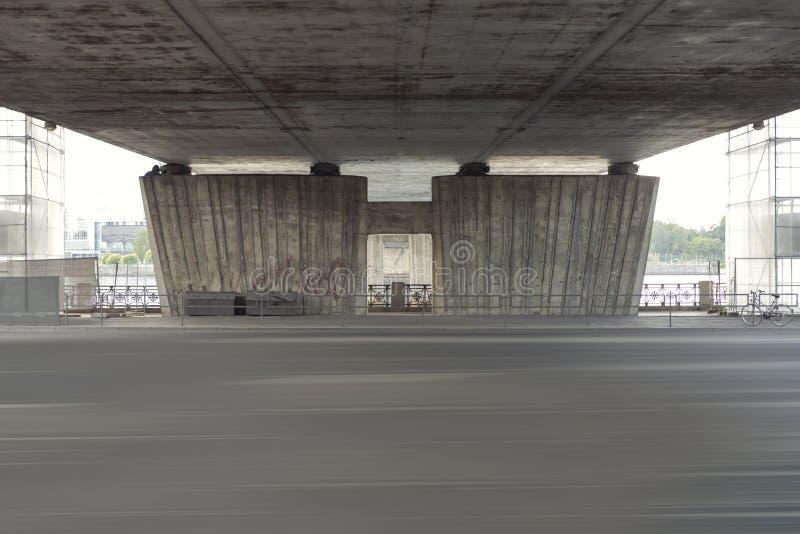 空的街道在一座桥梁下在里加,拉脱维亚 桥梁的重建在高速公路的 免版税库存图片