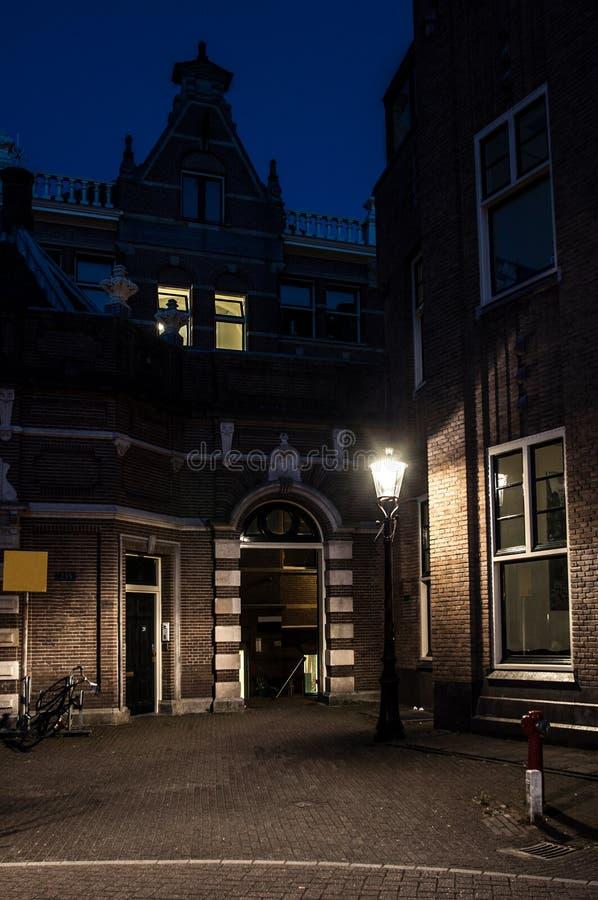 空的街道在阿姆斯特丹在晚上 免版税库存图片