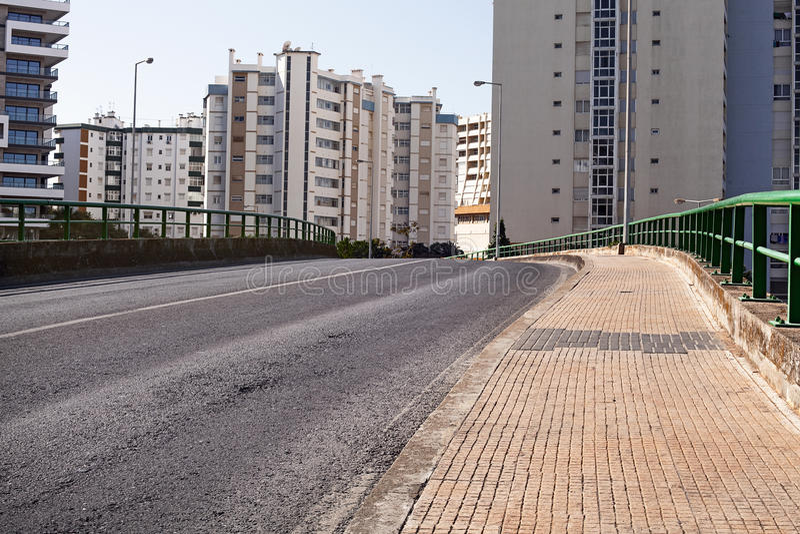 空的街道路在有房子的城市 免版税库存照片