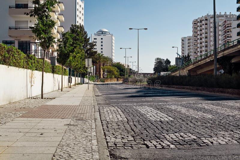 空的街道路在有房子的城市 库存图片