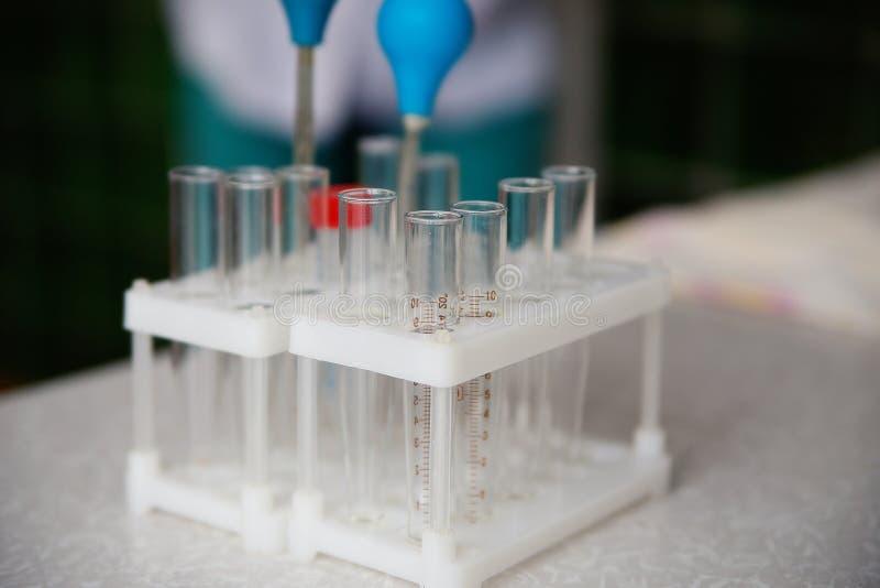 空的试管在桌上的实验室 免版税库存照片