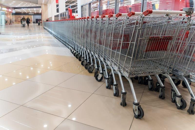 空的购物车行在大超级市场 库存照片