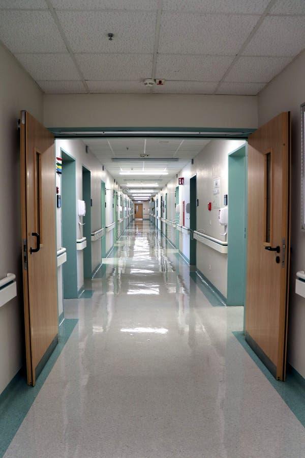 空的走廊在医院 免版税库存照片