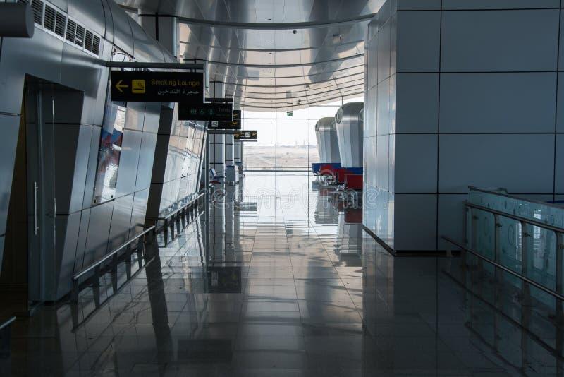 空的走廊在有抽休息室、洗手间和门数字的标识牌的离开大厅里在国际机场终端 免版税库存照片
