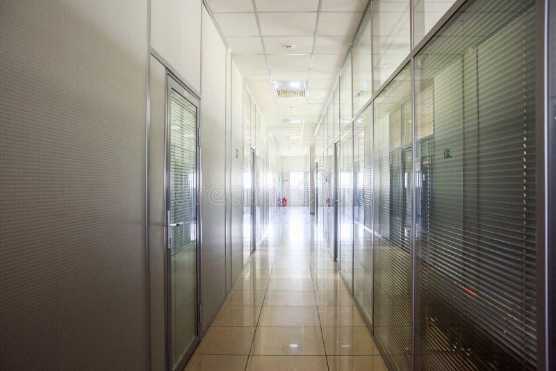 空的走廊在现代工厂 高科技工业内部 免版税库存照片