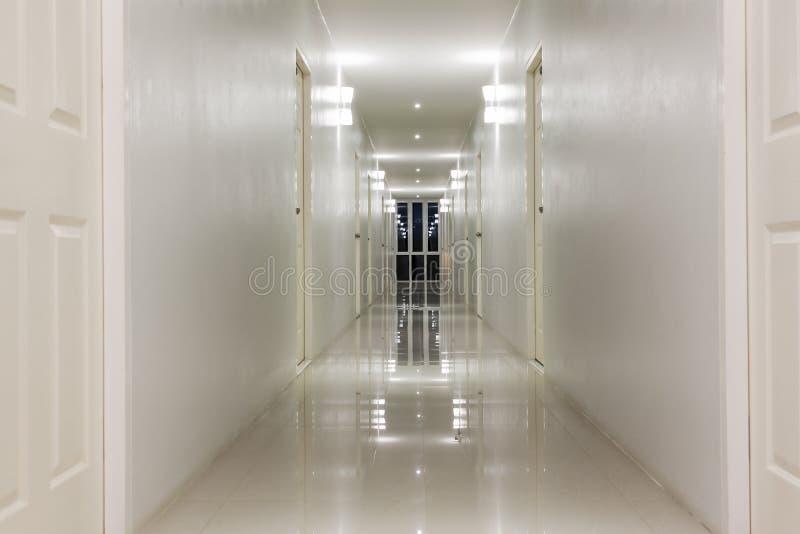 空的走廊走廊和室门 免版税库存照片