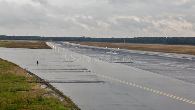 空的跑道在乘客机场在雨中 库存图片
