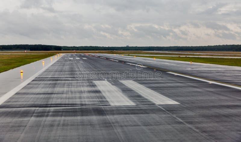 空的跑道在乘客机场在雨中 库存照片