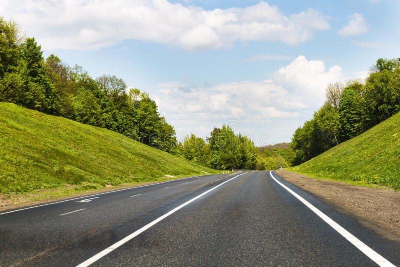 空的路、森林和天空 库存照片
