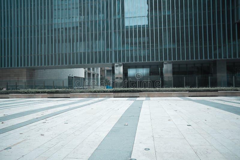 空的路地板有现代大厦背景 库存图片