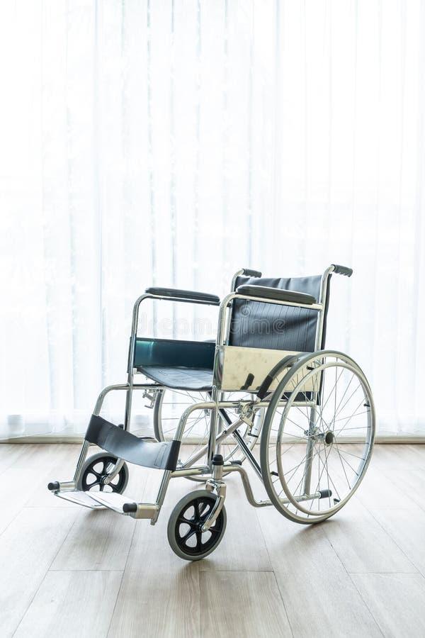 空的轮椅在屋子里 免版税库存图片