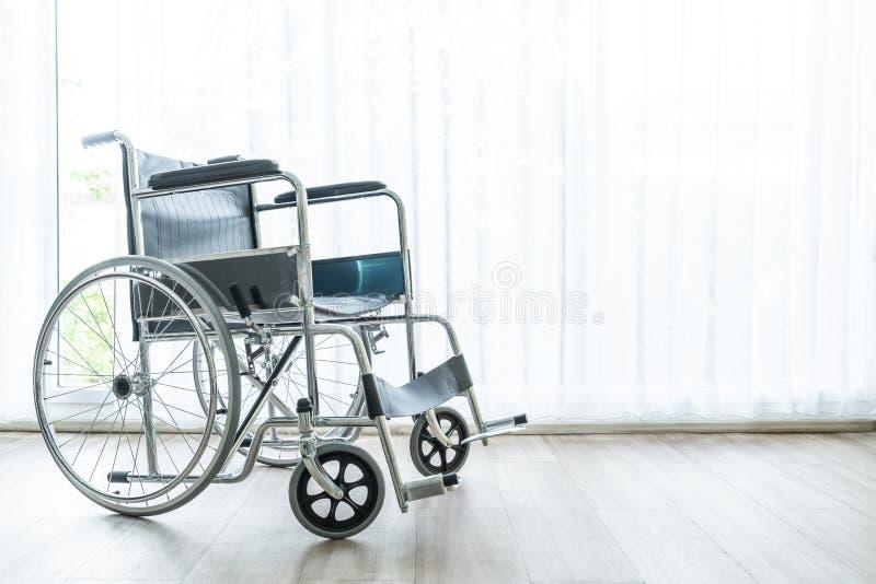空的轮椅在屋子里 免版税库存照片