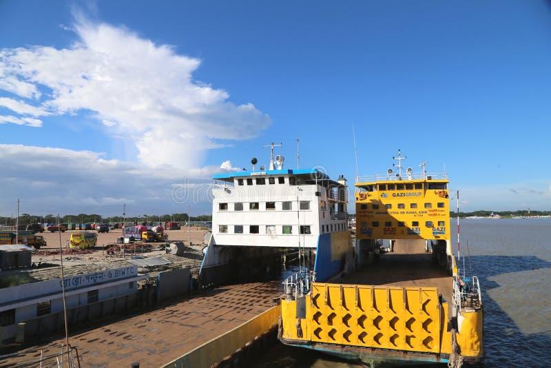 空的轮渡在Mawa在帕德马河孟加拉国的达卡区的旁边轮渡码头 库存图片