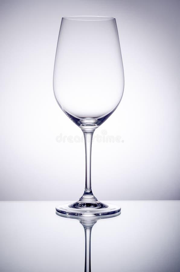 空的酒杯后面升 免版税库存图片