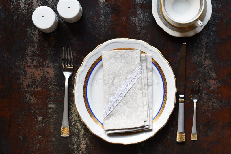 空的陶瓷板材和利器 在黑暗的背景的碗筷 r r 嘲笑,餐馆的,菜单概念 库存照片