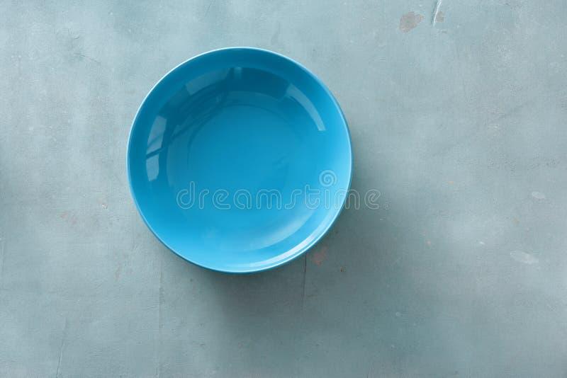 空的陶瓷蓝色回合板材石头背景顶视图平的位置 库存照片
