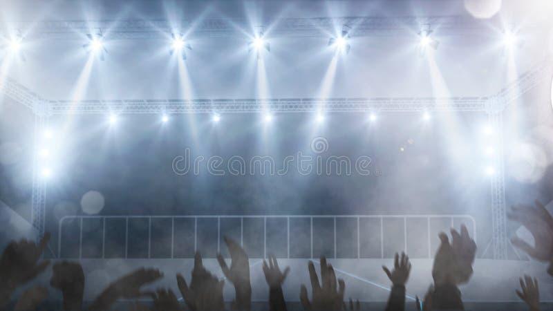 空的音乐会阶段用爱好者的手培养了背景 免版税库存图片