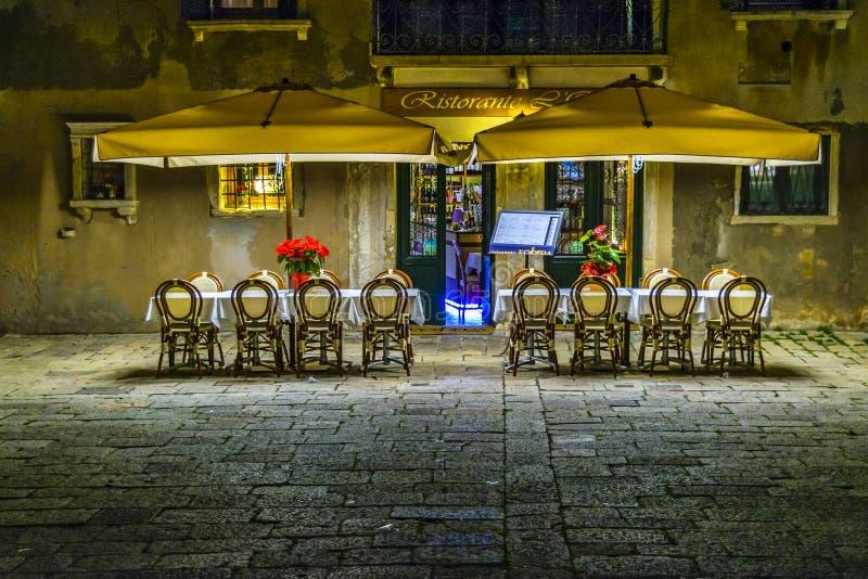 空的餐馆夜场面,威尼斯,意大利 免版税库存图片