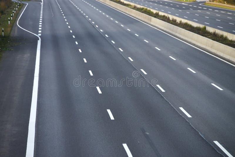 空的8车道高速公路由于路和桥梁工作 图库摄影