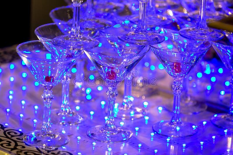 空的martinas金字塔在餐馆 庆祝的表设置 宴会服务,承办的食物 库存照片