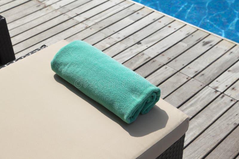 空的sunbeds临近游泳池 库存照片