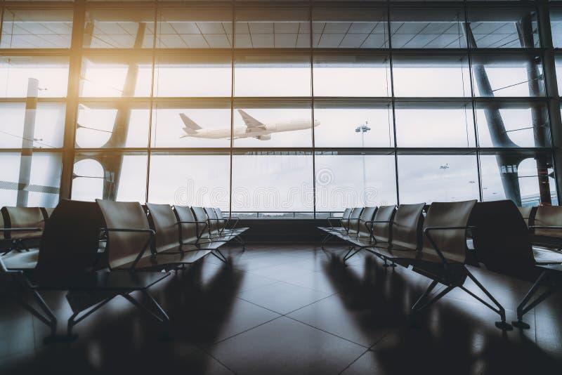 空荡荡的机场,外面有架飞机 免版税库存图片