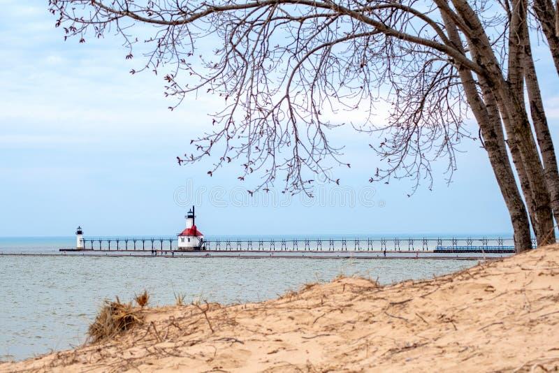 空荡荡的海滩上的圣约瑟夫灯塔 免版税库存照片