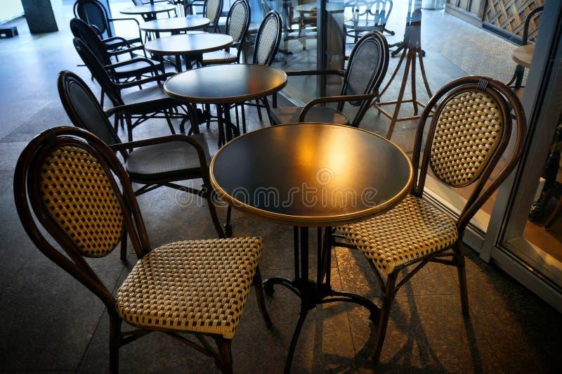 空荡荡的街边咖啡馆里的桌椅 免版税库存照片