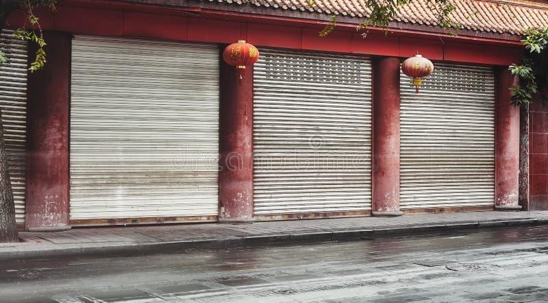 空荡荡的街道,红柱灯笼的闭店 免版税图库摄影