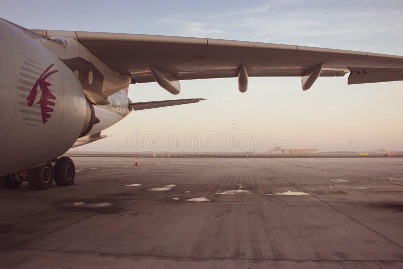 """空荡荡的'卡塔尔航空'飞机 """"卡塔尔航空""""航班日落时分 夸拉汀在机场 空荡荡的跑道 库存照片"""