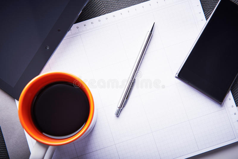 空虚和没有启发的图表设计师 空的笔记薄作为创作坚苦工作的标志  免版税库存照片