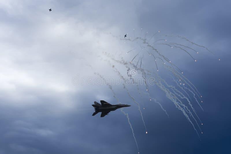 空袭 在混战的喷气式歼击机 在争斗防火设备火光的航空器 战区 库存图片