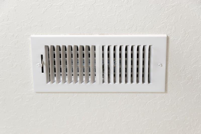 空调出气孔在与拷贝空间的织地不很细墙壁背景中 免版税库存照片