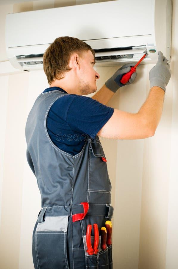 空调器人维修服务 免版税库存照片