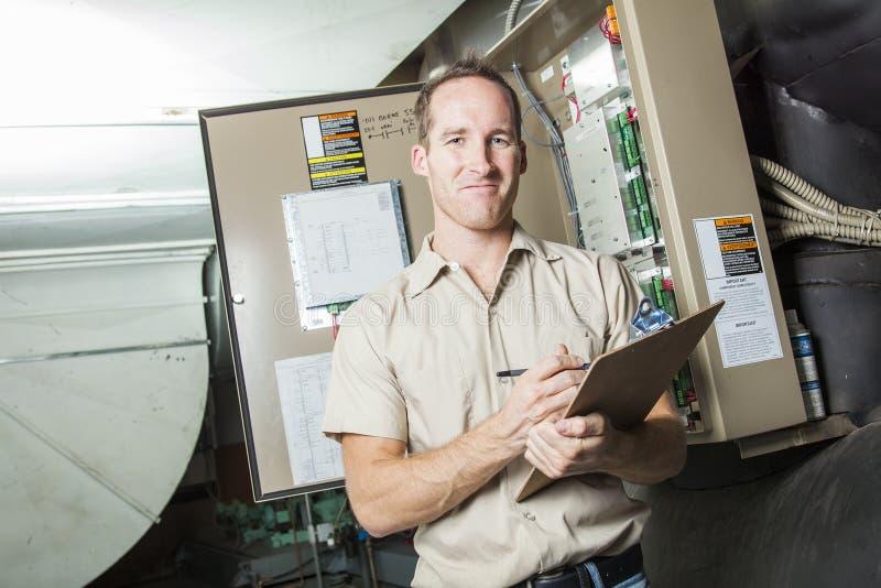 空调器修理人在工作 免版税库存照片