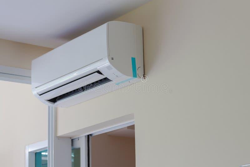 空调器在公寓房或会议室的墙壁安装 免版税库存照片
