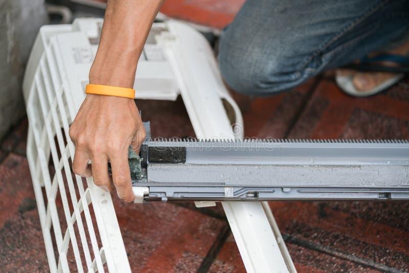 空调器零件清洁 免版税库存照片