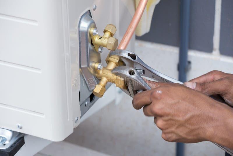 空调器,工作者的设施连接铜管子 库存图片