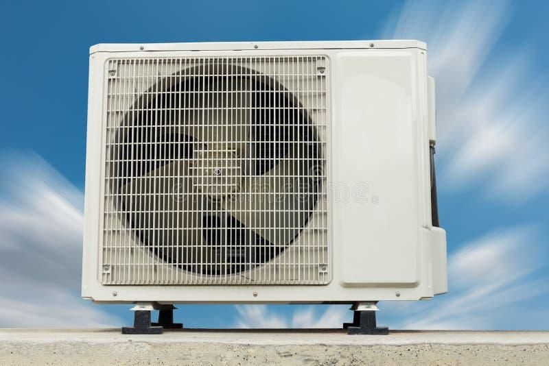 空调在大厦之外的压缩机设施 空气 库存照片