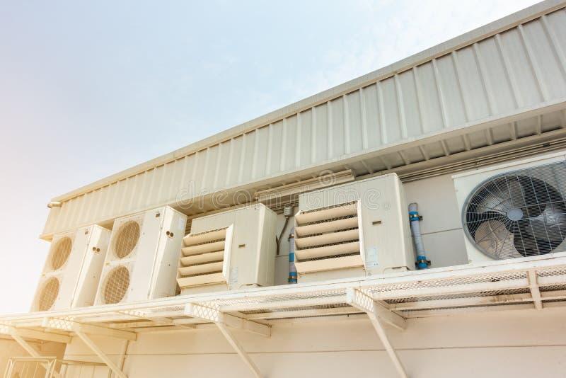 空调在大厦,超级市场商店的空气冷却系统之外的压缩机设施 免版税库存图片