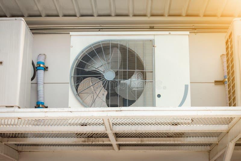 空调在大厦,超级市场商店的空气冷却系统之外的压缩机设施 免版税库存照片