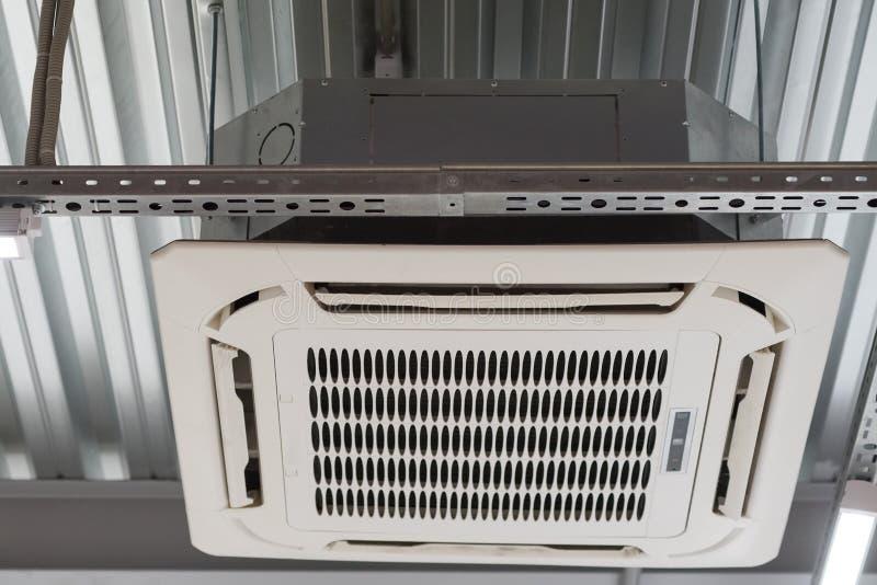 空调的设施在天花板的 免版税库存图片