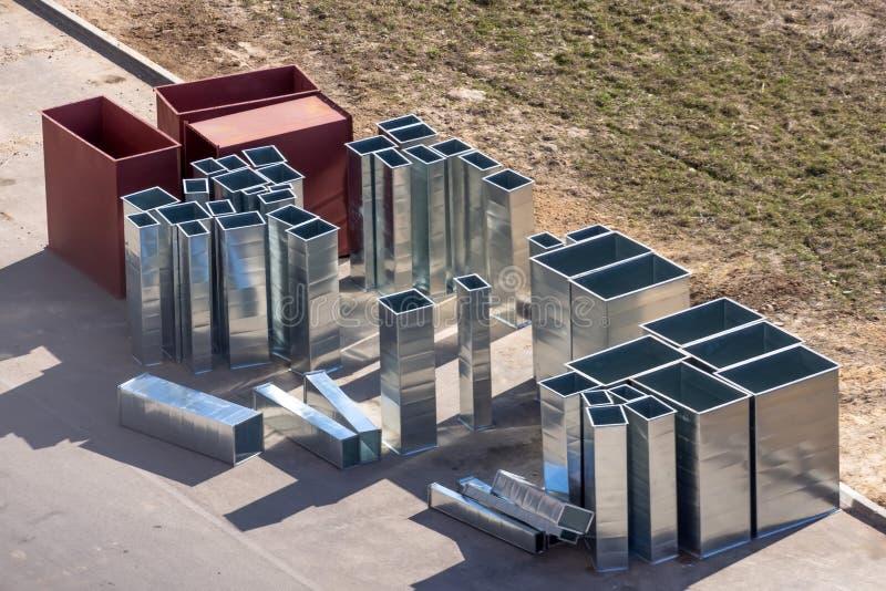 空调系统的金属组分的部分在设施前的大厦的 免版税库存图片