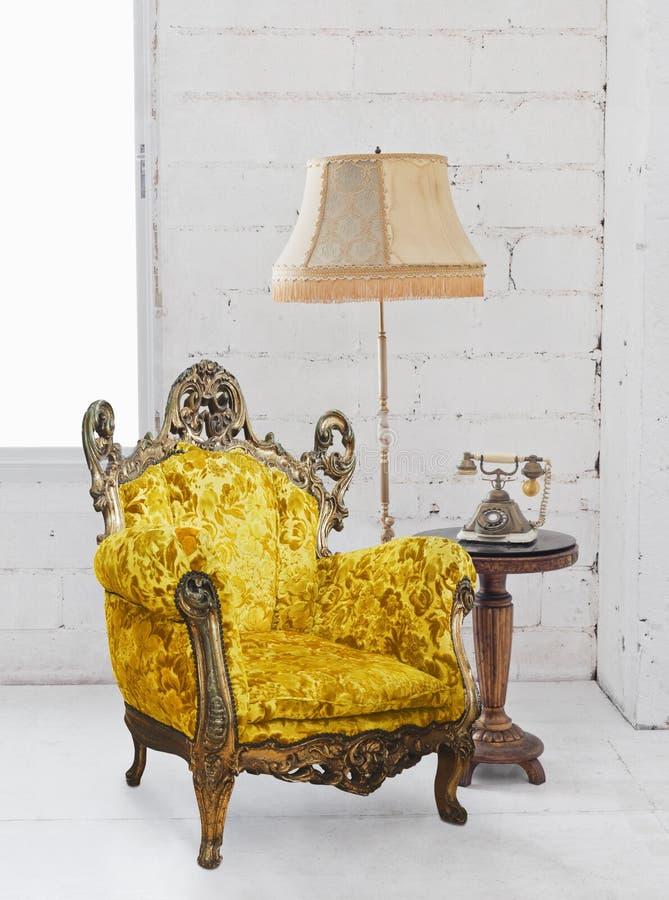 空间沙发维多利亚女王时代的白色 免版税图库摄影
