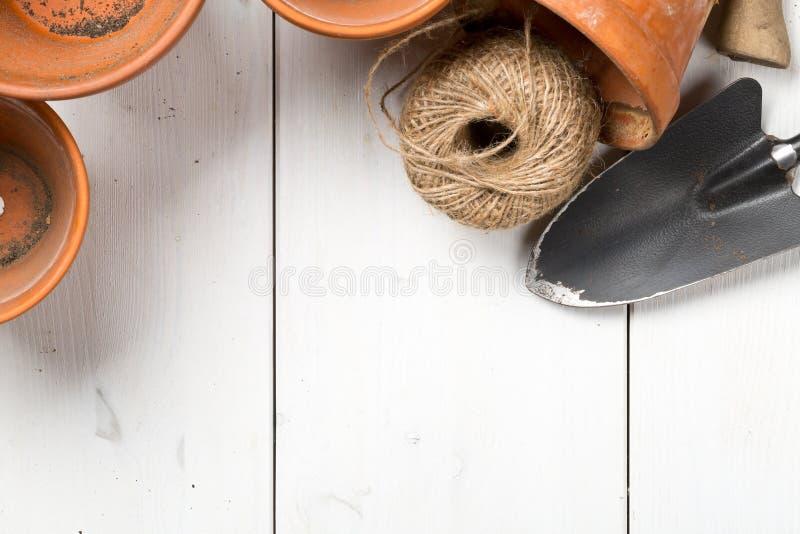 空,半新赤土陶器种植有也是从事园艺的小组罐 库存图片