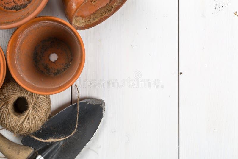 空,半新赤土陶器种植有也是从事园艺的小组罐 免版税库存照片