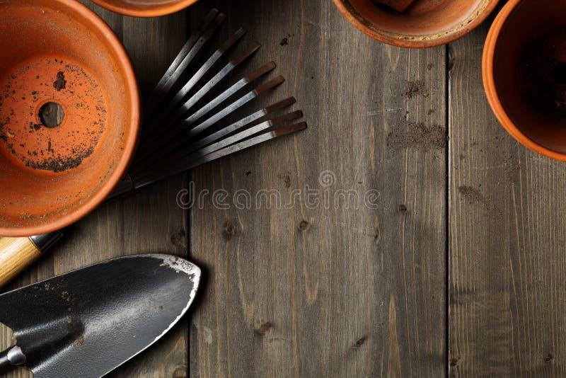 空,半新赤土陶器种植有也是从事园艺的小组罐 免版税库存图片